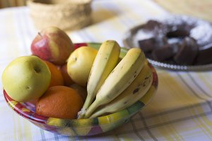 Fruit bowl with several fruits.