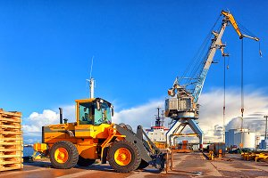 Loading and unloading in the port