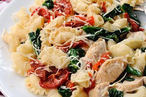 Salad pasta with chicken