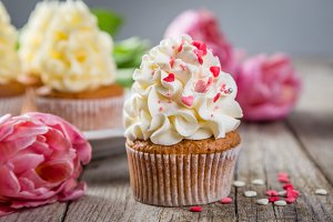 Cupcakes with vanilla frosting and hearts
