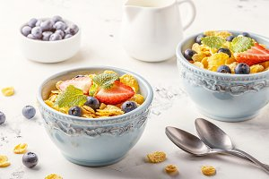 corn flakes with fruits and berries