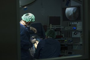 Doctor who operates on the knee