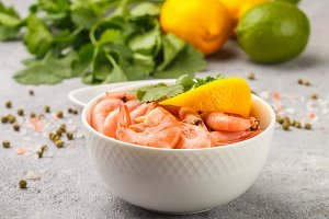 Shrimps prawns with lemon