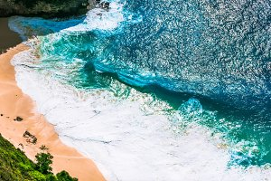 Huge Wave Rolling on Kelingking Beach