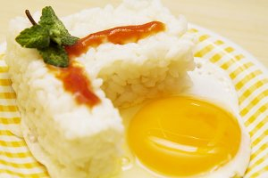 rice with fried egg and tomato