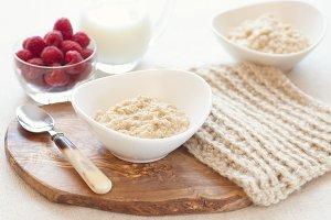 Oatmeal, raspberries and milk
