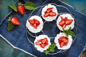 Pavlova meringue pie