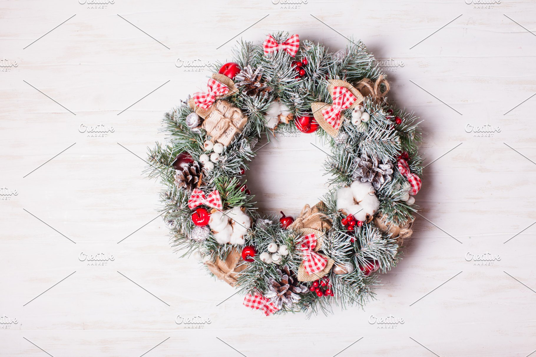 Red And White Christmas Wreath.Red And White Christmas Wreath