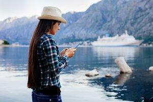 girl travel and search in smartphone