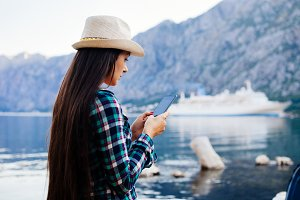 girl travel and browsing smartphone
