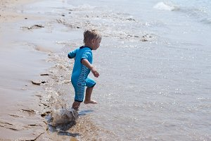 Little boy runs to the sea