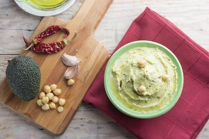 Hummus of avocado