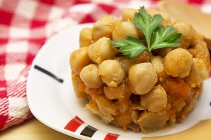 cooked chickpeas with carrots and parsley