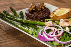 Steak and spinach salad with asparagus