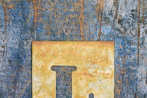Metallic typography: letter L