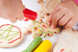 Draw on gingerbread cookies