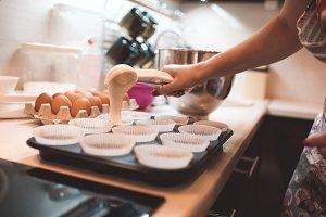 Making cupcakes at home