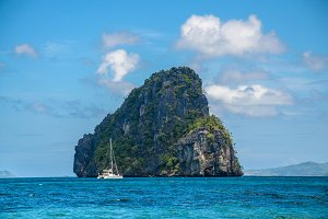 Yacht in front of huge rocks, El Nido, Palawan, Philippines