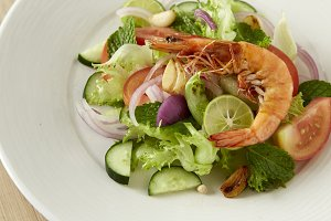 Grilled shrimp salad for health