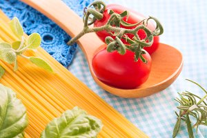Raw spaghetti with tomatoes and herbs