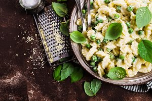 Pasta galletti with peas