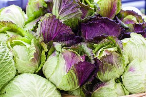 Green and purple cabbage at the market