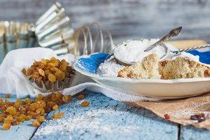 Cupcakes with raisins and sugar powder