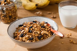 Homemade granola with raisins'n'nuts