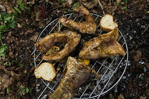 Cooking fish with lemon and bread croutons.