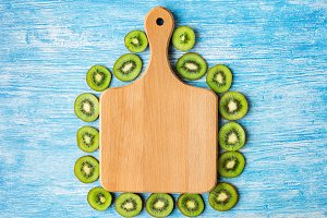 Cutting board, kiwi fruit,background