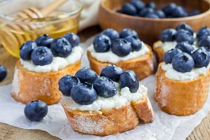 Crostini with ricotta cheese, blueberries and honey