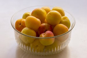 A handful of ripe apricots to eat