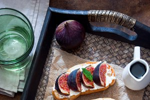 Bruschetta with figs and goat cheese