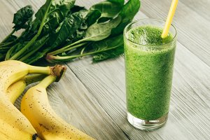 Smoothies of spinach and banana
