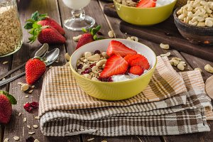 Oatmeal with yogurt, fresh strawberrie and nuts