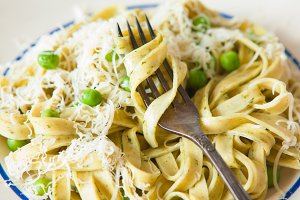 Spinach pasta with cheese & pea