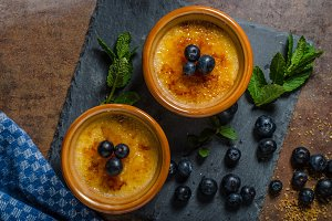 Creme brulee with berries