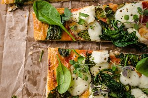 Pizza with spinach and mozzarella
