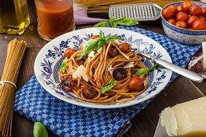 Wholemeal pasta with roasted tomato