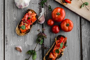 Bruschetta with tomatoes, garlic and herbs