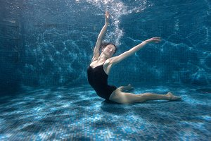 Woman shows beautiful poses underwater.