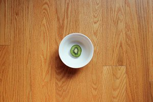 Sliced kiwi in a white bowl