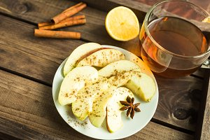 sliced apples with cinnamon