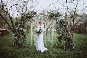 Awesome bride with wedding flowers