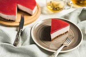 Dietary cheesecake with raspberries