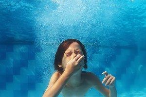 Child jump and swim underwater