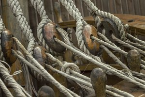 Ship ropes and reliable mounting on a seagoing vessel