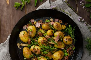 Cowboy potatoes with bacon and herbs