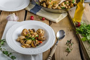 Fresh mushroom salad with chilli and herbs