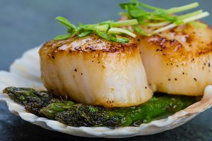 Sauteed scallops with asparagus